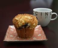 蓝莓热奶咖啡杯子松饼 库存图片