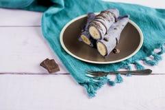 蓝莓薄煎饼充塞用整个香蕉包裹在管和倒用巧克力 免版税图库摄影