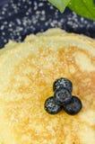 蓝莓薄煎饼 免版税库存照片