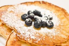 蓝莓薄煎饼 库存照片