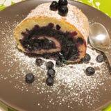 蓝莓蛋糕卷 免版税库存照片