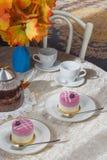 蓝莓蛋糕和茶在桌上 仍然1寿命 库存图片