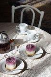 蓝莓蛋糕和茶在桌上 仍然1寿命 免版税库存照片