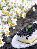 蓝莓蛋糕用在板材的新鲜水果 免版税库存图片