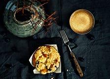 蓝莓面包屑松饼和咖啡 库存图片