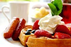 蓝莓香肠草莓奶蛋烘饼 免版税库存图片