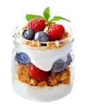 蓝莓,在白色隔绝的金属螺盖玻璃瓶的莓冷甜点 免版税库存图片