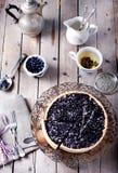 蓝莓,越桔馅饼用淡紫色 免版税库存照片