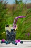 蓝莓水用在一张木桌上的柠檬 免版税库存图片