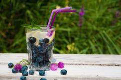 蓝莓水用在一张木桌上的柠檬 免版税图库摄影