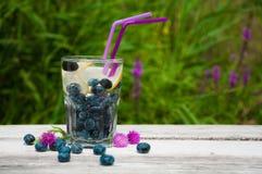 蓝莓水用在一张木桌上的柠檬 库存图片