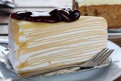 蓝莓绉纱蛋糕 库存图片