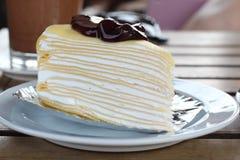 蓝莓绉纱蛋糕 免版税图库摄影