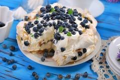 蓝莓pavlova蛋糕 免版税图库摄影