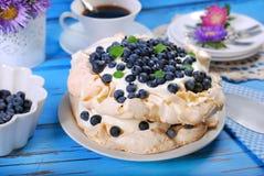 蓝莓pavlova蛋糕 免版税库存照片