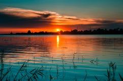蓝蓝光在日落的多瑙河 免版税库存照片