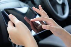 蓝蓝在电话有选择性的技术淡色调白色的企业概念精美重点关键董事会膝上型计算机豪华移动电话 免版税库存图片