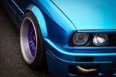 蓝蓝汽车关闭车灯光性能黄色 库存照片