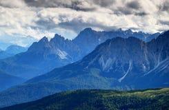 蓝蓝薄雾和云彩在Marmarole和Sesto Dolomiti意大利上 库存图片