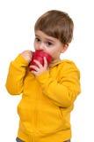 蓝蚝的三岁的男孩从杯子喝,隔绝在白色 免版税库存图片