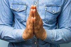 蓝领工人祈祷 免版税图库摄影