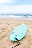 蓝绿水橇板,金黄沙子海滩,人群水 免版税图库摄影