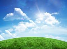 蓝绿色下小山天空 免版税库存照片