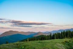 蓝绿色小山天空 免版税库存图片