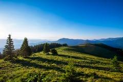 蓝绿色小山天空 免版税库存照片
