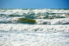 蓝绿色风雨如磐的海 免版税库存图片