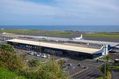 蓬塔德尔加达机场美丽的景色反对天空和海洋的 图库摄影