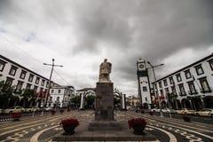 蓬塔德尔加达,葡萄牙- 2018年7月:城市门在蓬塔德尔加达的历史中心,亚速尔群岛的首都 库存图片