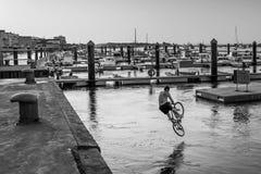 蓬塔翁布里亚,韦尔瓦省,西班牙阿戈斯特2th 2015年 跳跃在的一个人 库存图片