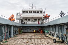 蓬塔阿雷纳斯,智利- 2015年3月4日:轮渡把企鹅殖民地留在的Melinka在伊斯拉马格达莱纳海岛在麦哲伦海峡 库存照片