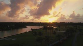 蓬塔Cana天线录影 在湖的日落在高尔夫球场附近 股票录像