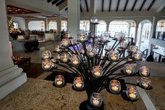 蓬塔CANA,多米尼加共和国- 2017年3月19日:一棵创造性的树从在热的Paradisus的大厅的里面自然蜡烛形成了 免版税图库摄影