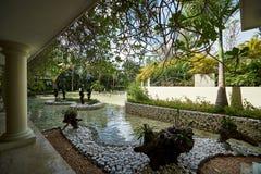 蓬塔CANA,多米尼加共和国- 2017年3月19日:与池塘的现代热带海岛样式风景在Paradisus旅馆在Playa Bava 免版税库存照片