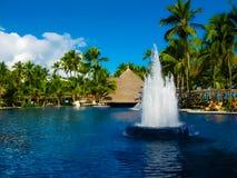 蓬塔Cana,多米尼加共和国- 2013年2月04日:休息在Barcelo Bavaro的普通的游人使有水池的旅馆靠岸 库存照片