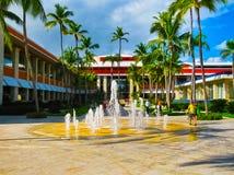 蓬塔Cana,多米尼加共和国- 2013年2月04日:休息在Barcelo Bavaro的普通的游人使有水池的旅馆靠岸 免版税库存图片
