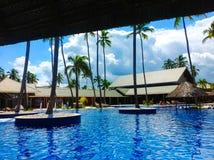 蓬塔Cana,多米尼加共和国- 2013年2月04日:休息在Barcelo Bavaro的普通的游人使有水池的旅馆靠岸 库存图片