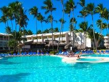 蓬塔Cana,多米尼加共和国- 2013年2月02日:休息在VIK竞技场有水池的布朗卡旅馆里的游人在棕榈下 免版税库存图片