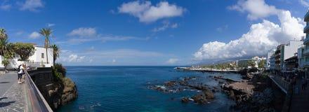 蓬塔del比恩托山脉,普埃尔托德拉克鲁斯de特内里费岛,Espania - 2018年10月27日:海湾的全景蓬塔del比恩托山脉俯视 免版税库存照片