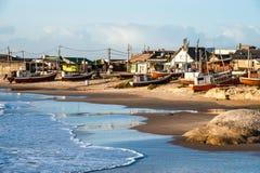蓬塔del蝙蝠鱼Beach、普遍的旅游胜地和渔夫的位置在乌拉圭沿岸航行 库存照片