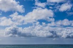 蓬松云彩和镇静海洋水的深刻的蓝色颜色 库存图片