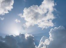 蓬松云彩和阳光 免版税库存图片