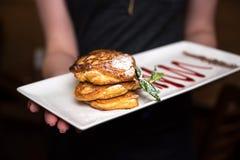 蓬松全麦的薄煎饼用在一块白色板材的调味汁在手上 仍然1寿命 库存图片