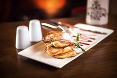蓬松全麦的薄煎饼用在一块白色板材的调味汁 斯蒂尔生活 库存图片
