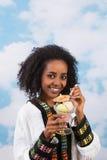 蓬松卷发女孩用冰淇凌 库存照片