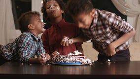 蓬松卷发男孩的面孔非凡的蛋糕 影视素材