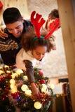 蓬松卷发非洲家庭装饰了圣诞树 免版税库存照片